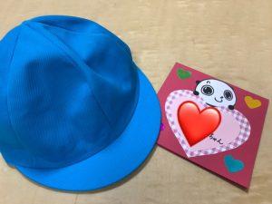 カラー帽子と先生からのメッセージカード